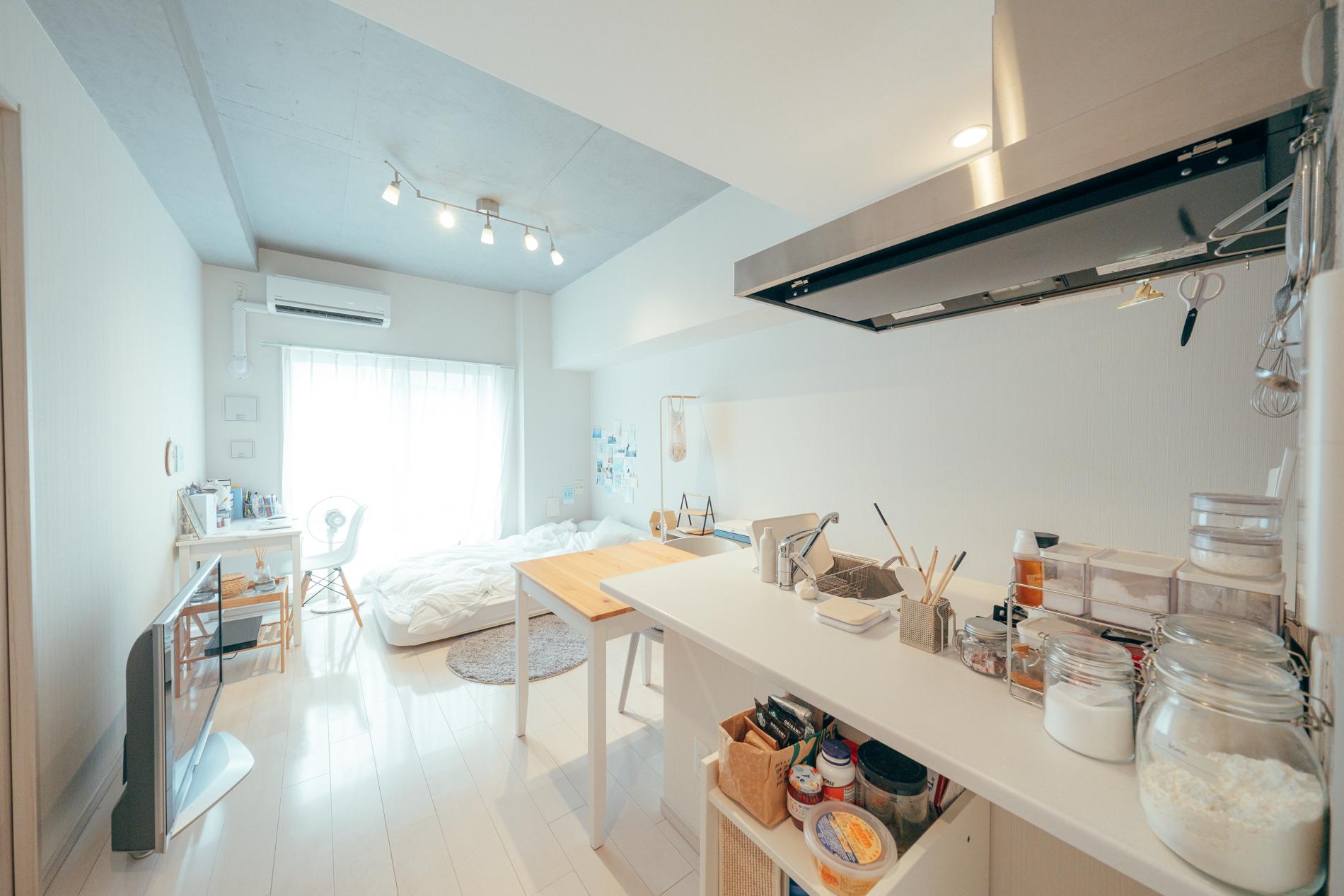 天井の高さを活かすため、高さのある家具は置かないようにしているという、c246570。たしかにベッドはマットレスのみの低めのものを、またテレビも床に直置きでできるだけ高さを出さないように工夫されています。
