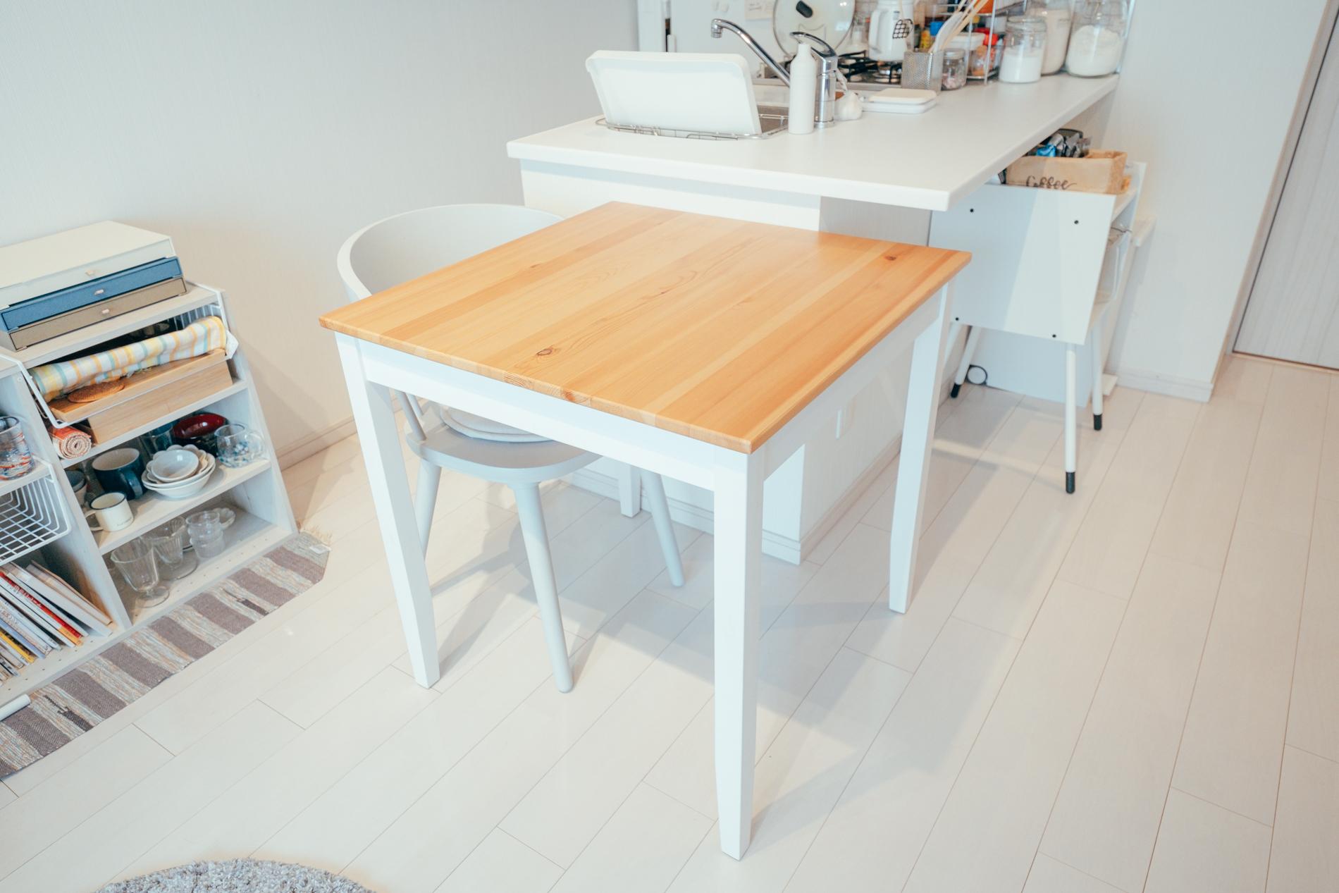 お気に入りだと話すダイニングテーブルは、部屋全体の色を意識しながら選んだものの1つ。ikeaで購入したダイニングテーブルは、白のフローリングに合った脚と、そこに映える明るい木目調のものを選んだのだそう。他の家具とのバランス・相性も抜群にいいですね。