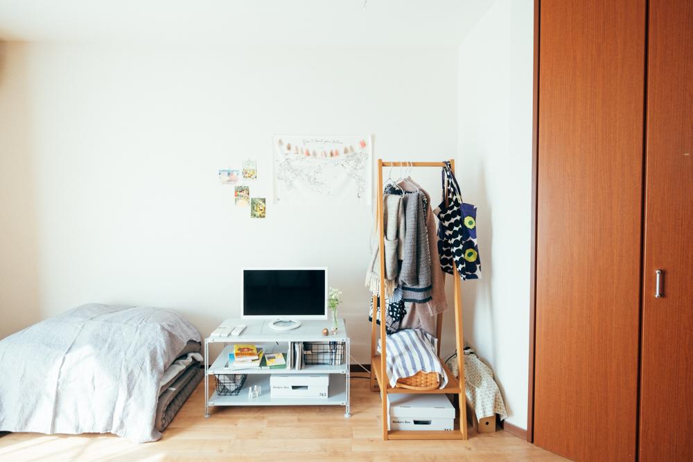 広々と感じられる秘密は、大きな家具がないこと。ベッドはなく、布団で生活されているそう。「部屋にある家具のほとんどが、自分で組み立てたり、動かすのが簡単なサイズのものばかり。おかげで模様替えもとても簡単にできるようになり、変化をつけられる部屋になったので、とても楽しめています」