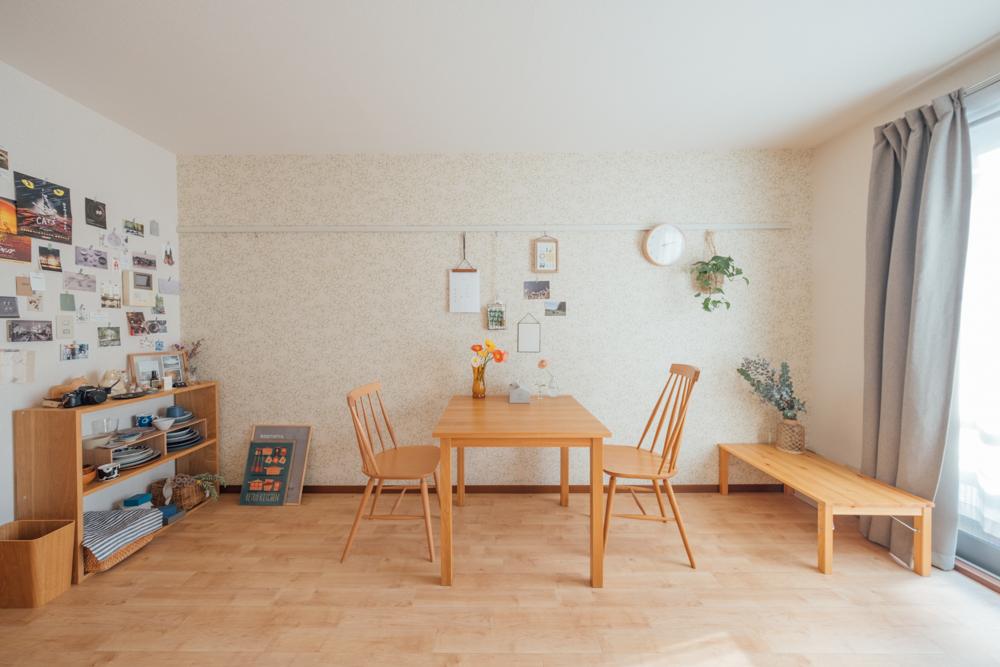 広々としたリビングに配置された、2名掛け用のダイニングテーブル。テーブルは無印良品で、椅子は座り心地を重視してunicoで購入されています。明るい木の色合いが、他の家具との調和もとれていますね。