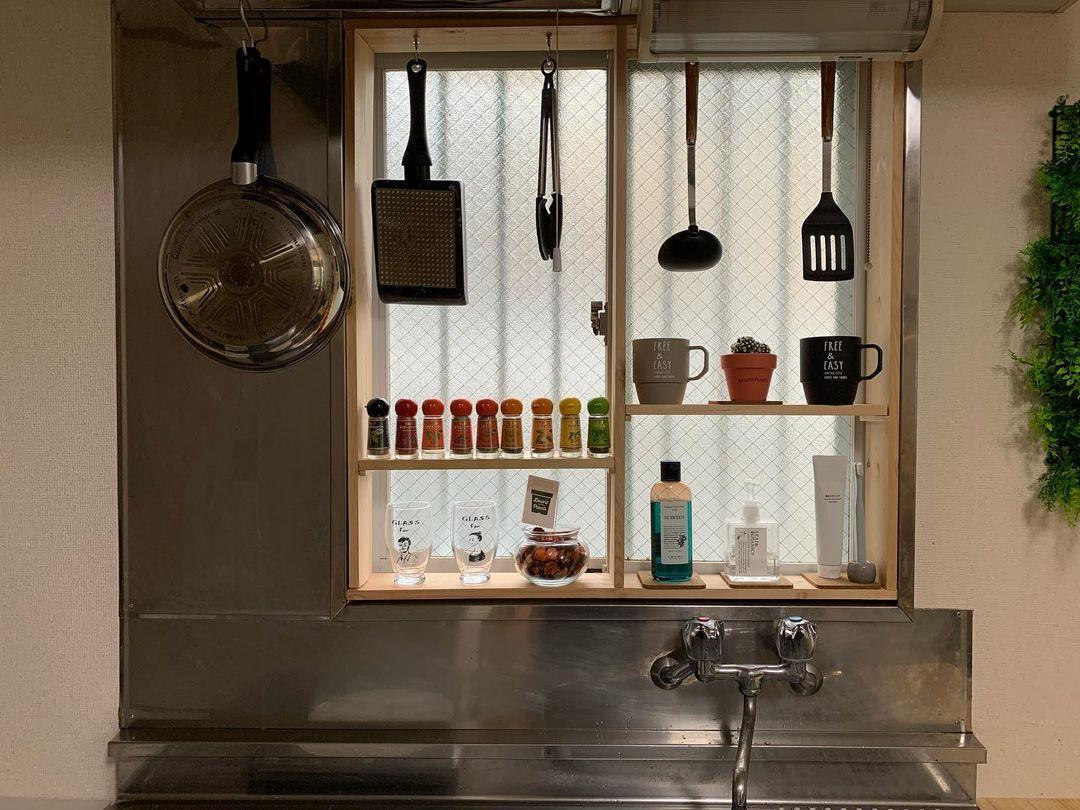 キッチンには、窓の大きさとぴったりの木枠を作って収納棚に。