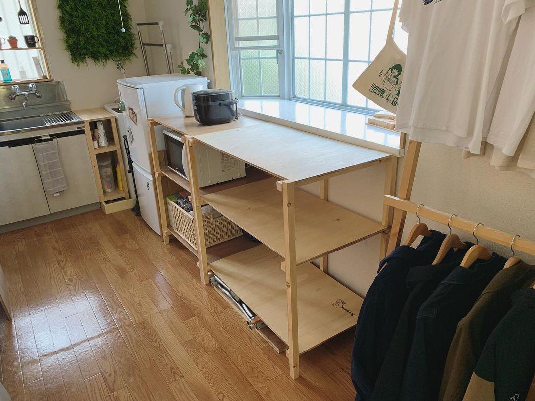 出窓とぴったりのサイズのキッチンラック、そして隣のコートハンガーは、不要になった家具の廃材で作られたそう。