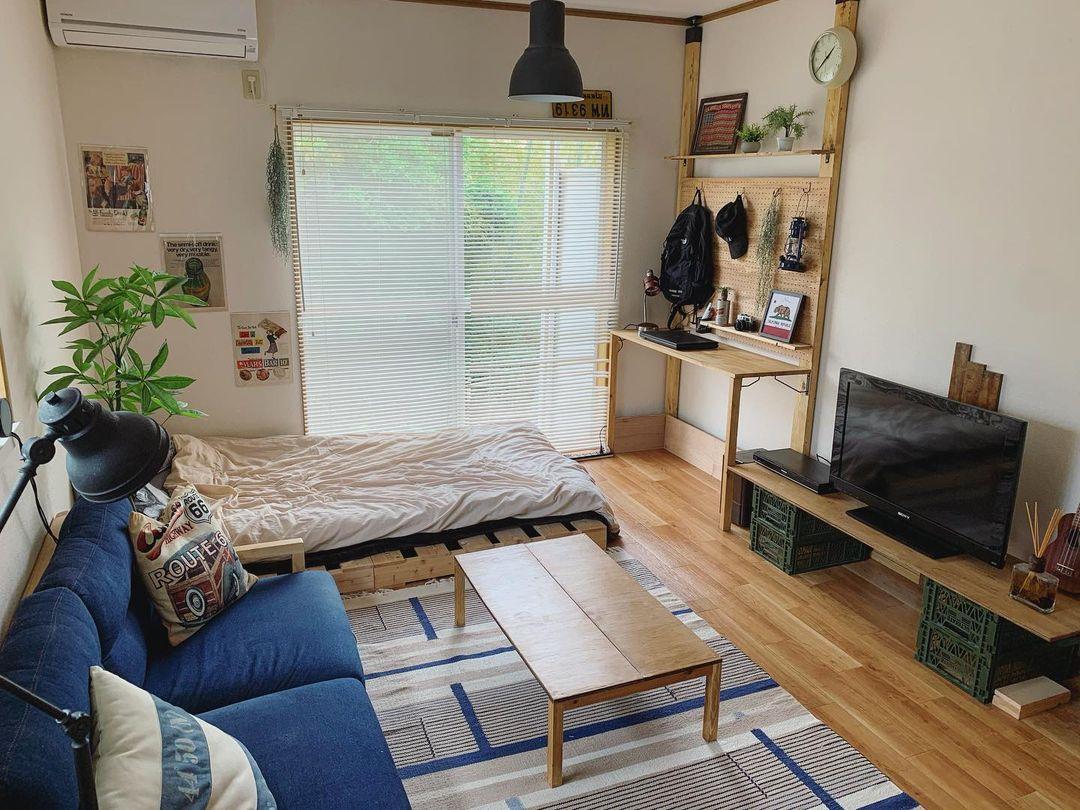 築28年の木造アパートを住みこなす。DIYの家具で自然体に暮らす、一人暮らしの1DKインテリア