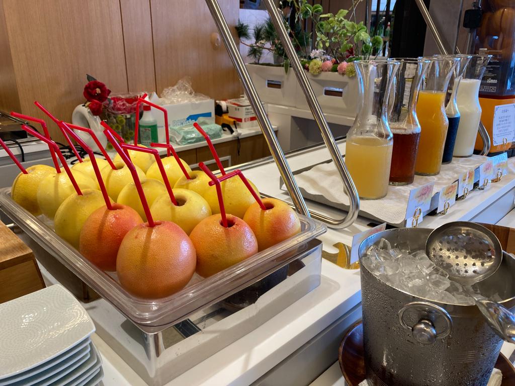 滞在中に1度だけ利用した、朝食ビュッフェ。オレンジやグレープフルーツを丸ごと使った搾りたてのジュースが飲めるのは、他のホテルでもなかなか見られないサービスです