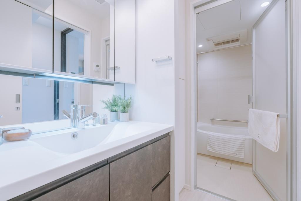 朝2人が並んでも準備ができる、横幅のある洗面台とバスルーム。バスルームには浴室乾燥機も完備されています。