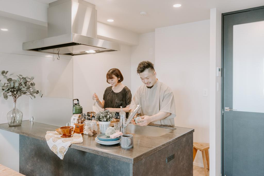 仕事の合間のランチタイムには、あるものでササっと料理を。二人並んでも十分な横幅があるので、楽しく調理ができますよ。