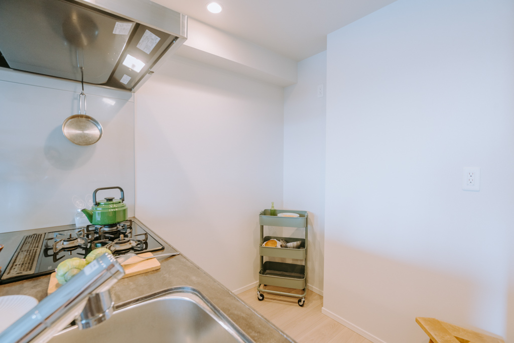 背面にも冷蔵庫や食器棚を置けるスペースが十分にあります。