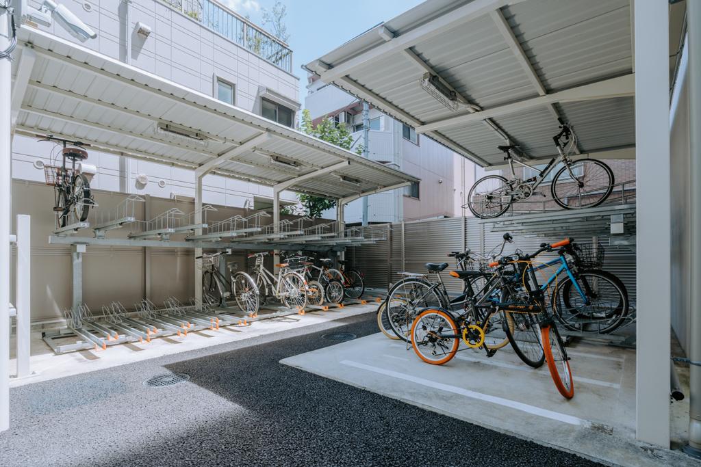 マンション裏手には、住民の方が停められる専用の駐輪場がありました。屋根もついているので雨が降っても安心です。少し奮発したおしゃれな自転車に乗って、近隣の街へ繰り出すのもいいですね。