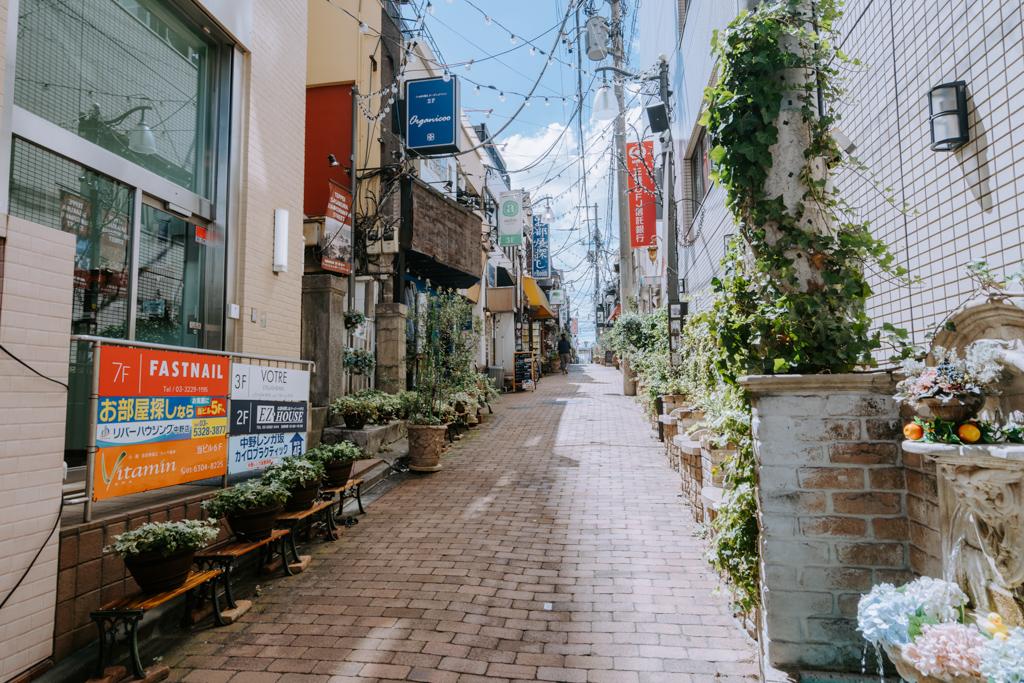 小さな飲み屋が多数集まる、中野駅南口の名物路地「レンガ坂」