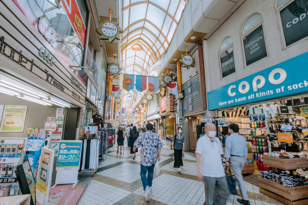 JR中野駅近くの商店街。周辺にはユニクロやドン・キホーテ、マルイなどもあり、買い物にはほとんど困らないでしょう。余裕があるときにはJRで買い物しながら南下して、新中野へ帰る、なんて生活もイメージできますね。