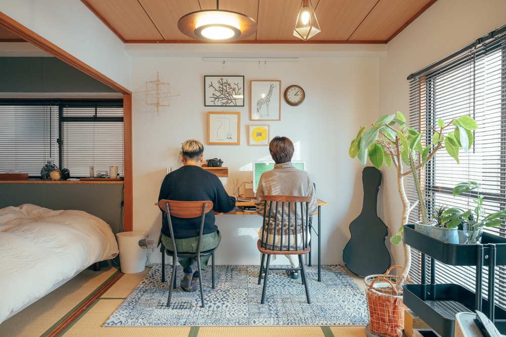 ベッドルームやリビングとの間にあった襖も一部外して広々と。デスクやチェアを置く部分は跡が気にならないようラグを敷いて、洋風のヴィンテージを感じる家具がうまく雰囲気にあっていらっしゃいます。