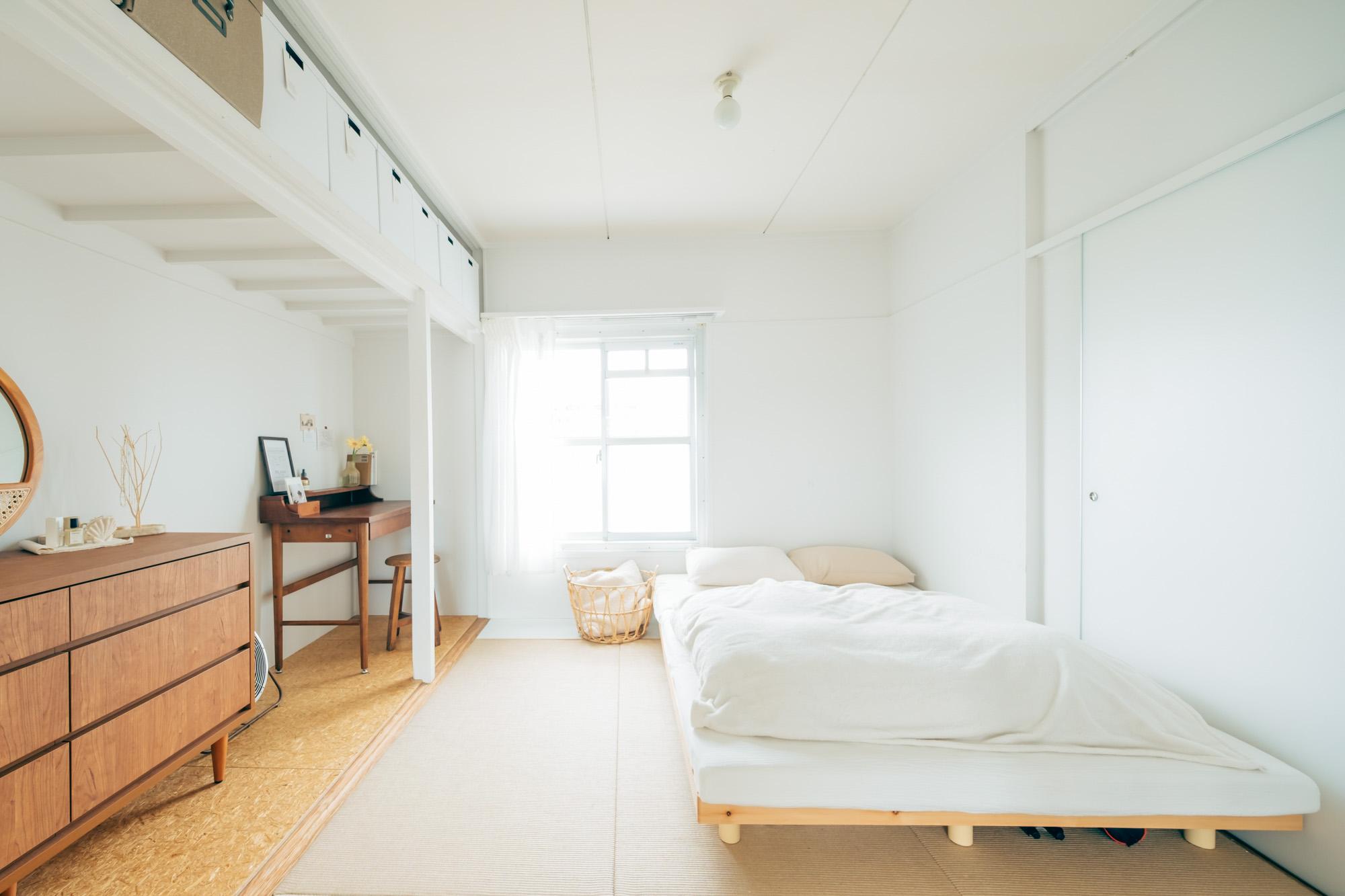 ダイニング・キッチンの隣の仕切りのない6畳のお部屋には、ベッドを置いて寝室兼リビングとして使われているお二人。Mioさんのデスクはこちらに。