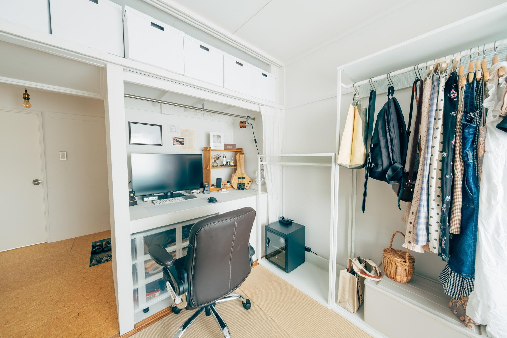 玄関横の4.5畳のお部屋は、ウォークインクローゼット風のスペース。こちらの元押入れは収納としては使わず、Yuさんのデスクスペースとして活用されていました。「大きなモニターがあるとインテリアを邪魔しがちだったんですが、ここにおけばカーテンで隠すこともできて便利です」