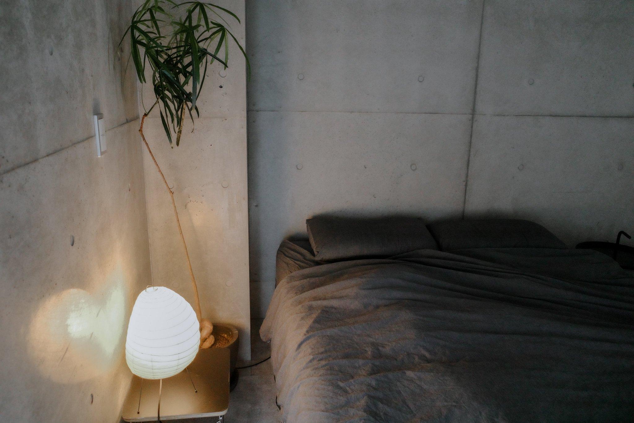 ふんわりと膨らんだ和紙から漏れ出す、優しい明かりはまるで提灯のよう。コンクリート打ちっぱなしの無機質な空間が、あたたかく、穏やかな雰囲気に包まれます。