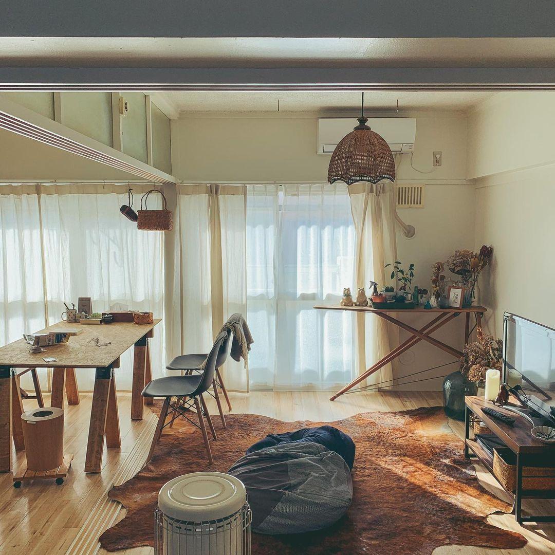 2LDKのレトロな団地で二人暮らしをする方の事例。左手からキッチン、ダイニングテーブルと並び、リラックススペースには大きなソファなどは置かず、ロースタイルでゆっくりする配置です。