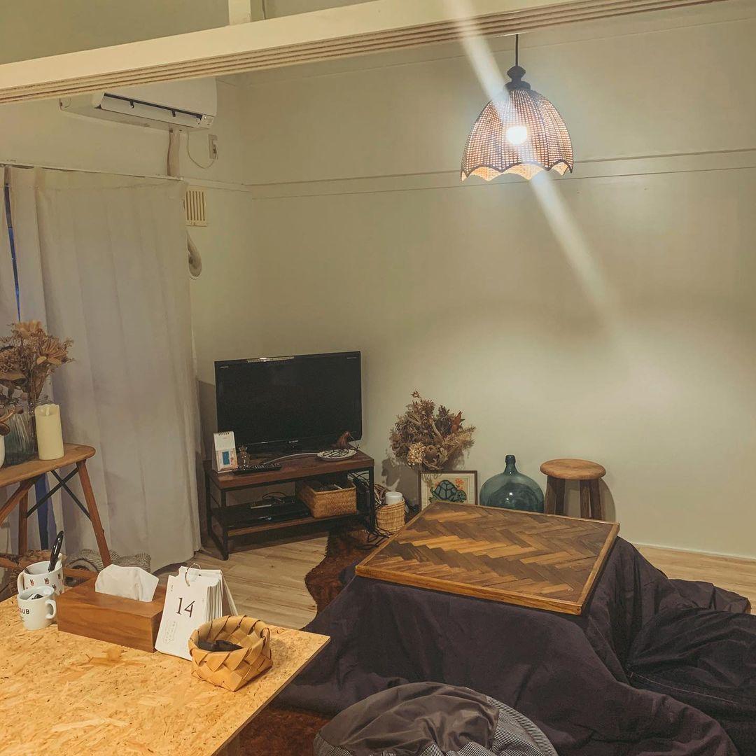 冬はこたつを出して楽しむことも。その際テレビは壁に平行の位置から窓側に移動。柔軟な配置換えができるよう、コンパクトなテレビ台がGOODです。
