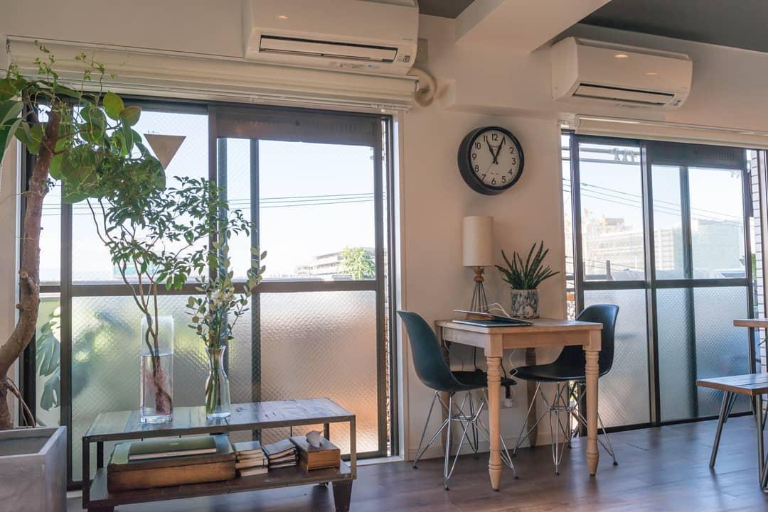 高さや広さの違うテーブルは、それぞれの過ごし方で違ってきます。テレビもないので、いつでも非日常でいられるカフェのようなお部屋です。