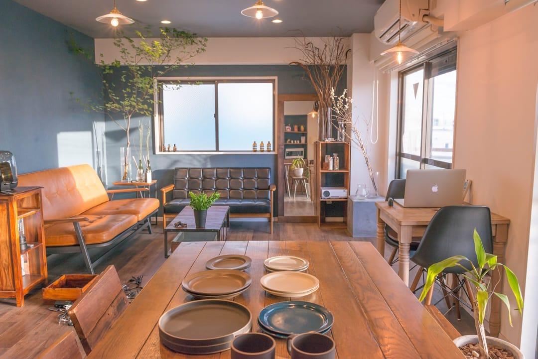 広いリビングとベランダに、いくつものソファや椅子、テーブルなどを配置したお部屋。