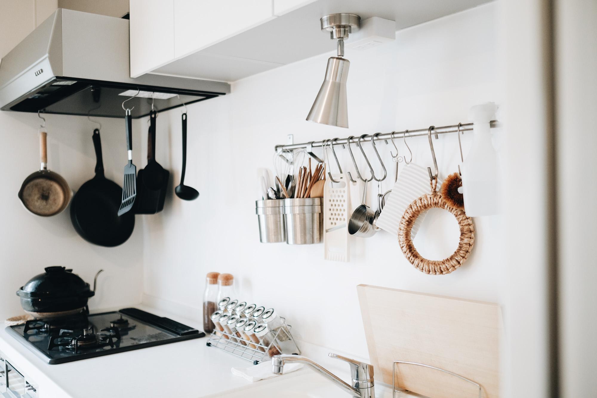 写真左手に窓があるので、窓に対して垂直にキッチンがある状態です。振り返ればダイニングテーブルがあり、料理も出しやすそう。