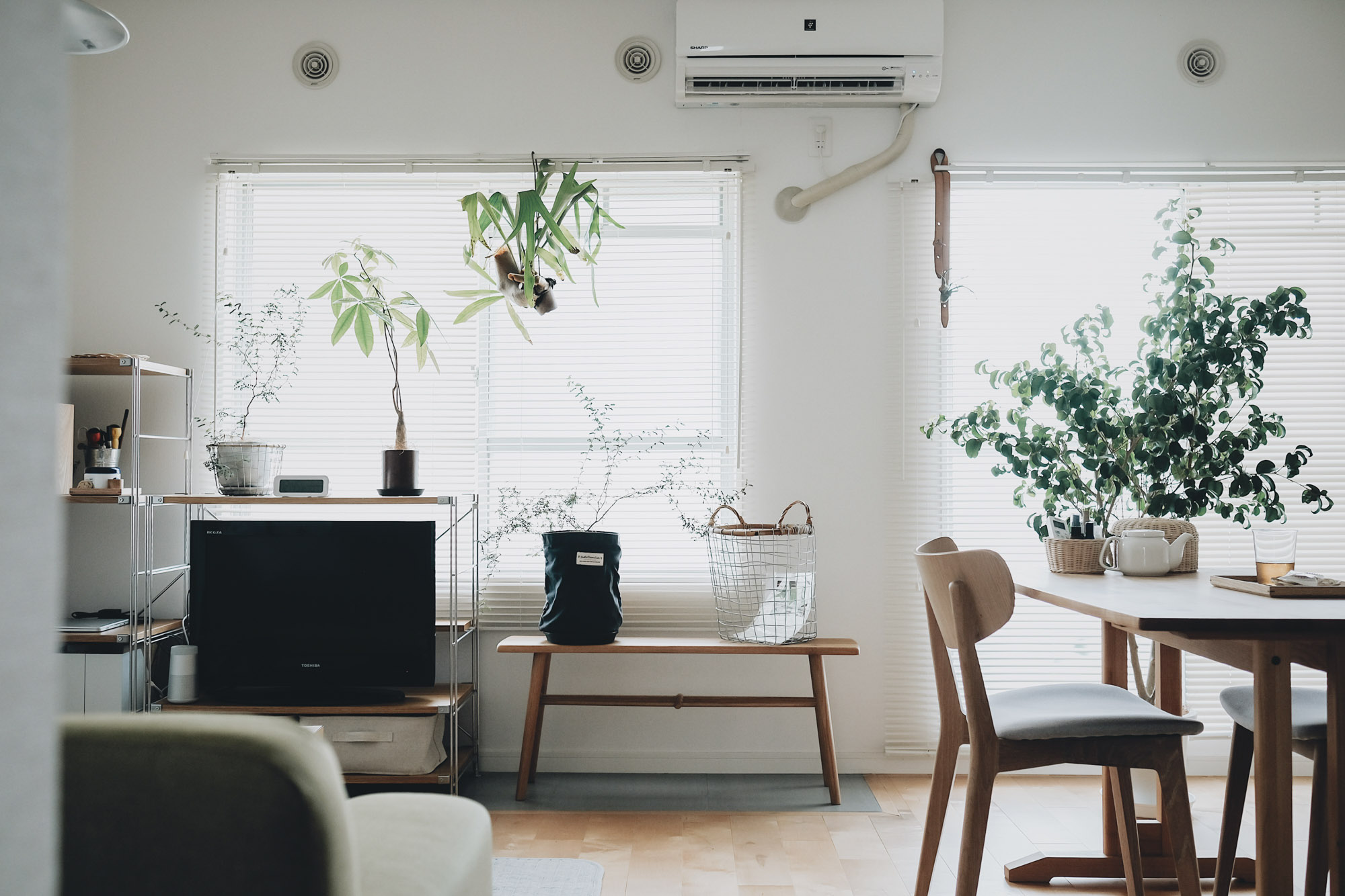 goodroomのオリジナルリノベーション「TOMOS」に住まれている方の事例。窓に対して左側にテレビやソファ、キッチン近くにダイニングテーブルという配置。