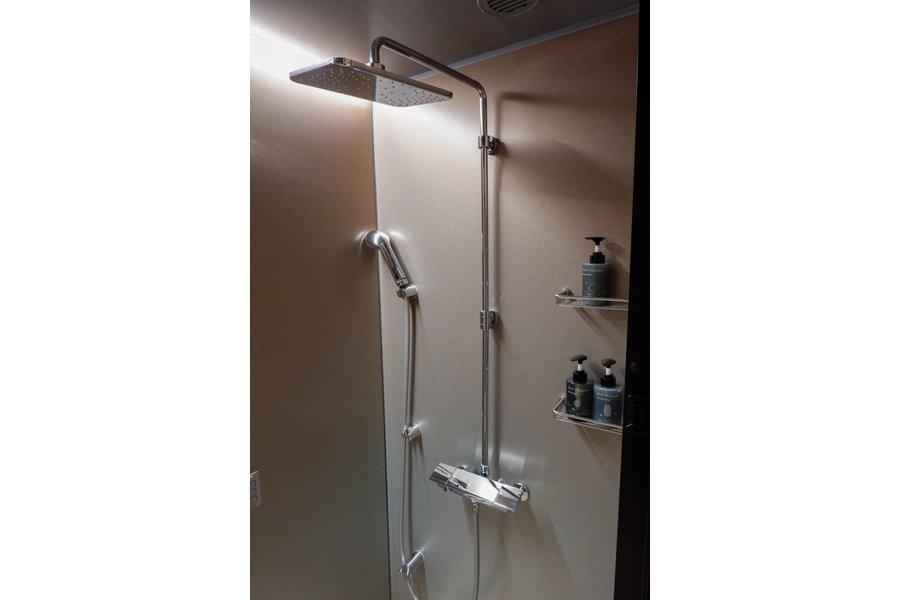 こちらはシャワールームタイプのお部屋。でも侮るなかれ。湯船に浸かる必要がないといわれているほど、評判のシャワーなんだとか。柔らかい水滴が雨のように降り注ぐレインシャワーは、たっぶりのお湯が全身を包み込み、身体をあたためながら一日の疲れを癒してくれます。