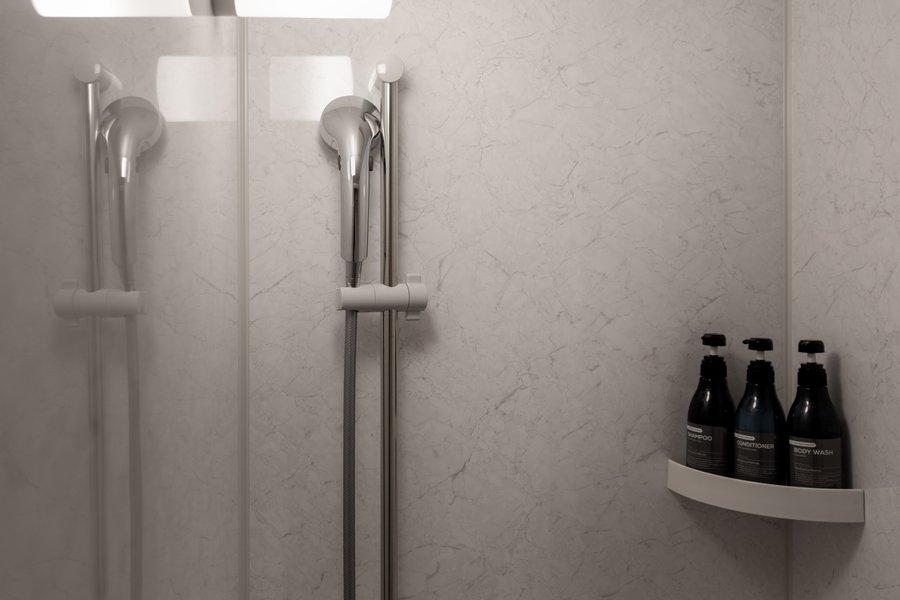 こちらもシャワールームを完備。独立洗面台もついているので、人数が多くても安心の水回りです。