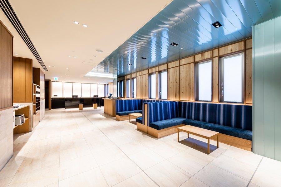 開放的な雰囲気のロビーがお迎えしてくれるホテル。フロントは24時間対応なので、安心です。