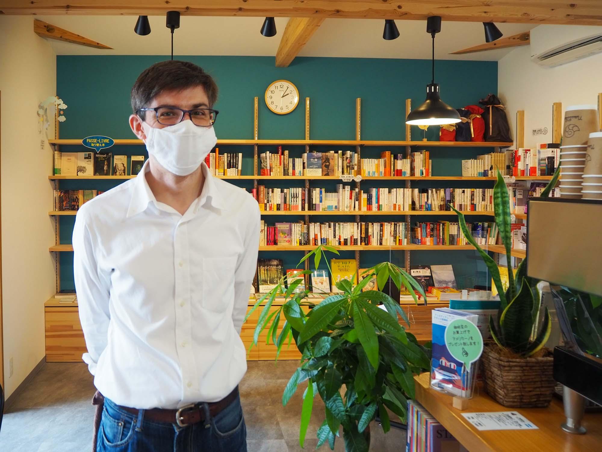 2階に入っているのはブックカフェ「Nautilus(ノティリュス)」。コーヒーの香りが立ち込める店内には、フランス出身の店主ジャンマリ―・プルドンさんが厳選した書籍が並びます。