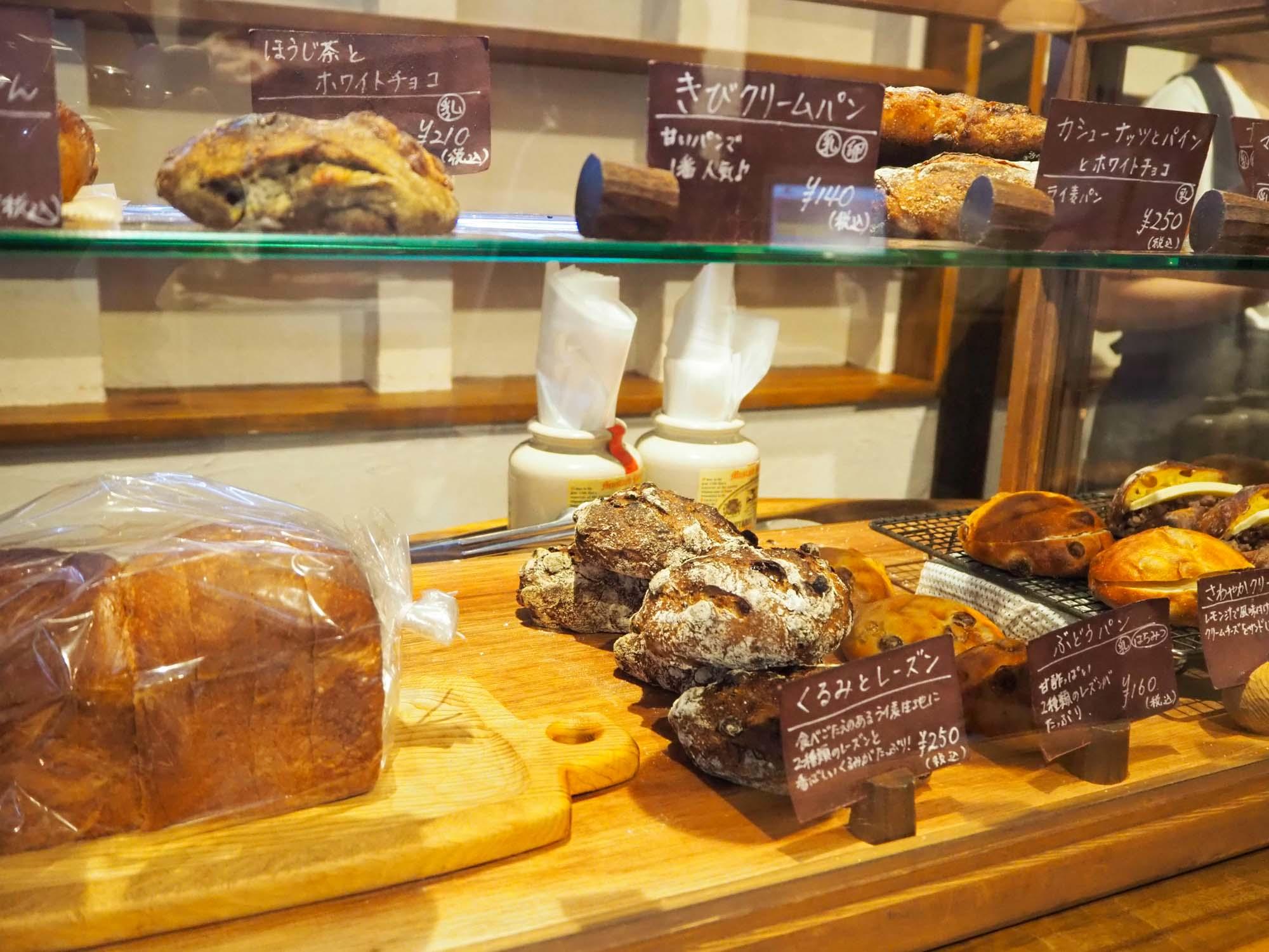 店内にはハード系のパンから甘いパンまで揃います。中でも「リッチ食パン」は絶品! 売り切れる可能性大なので、見つけたらぜひゲットしてくださいね