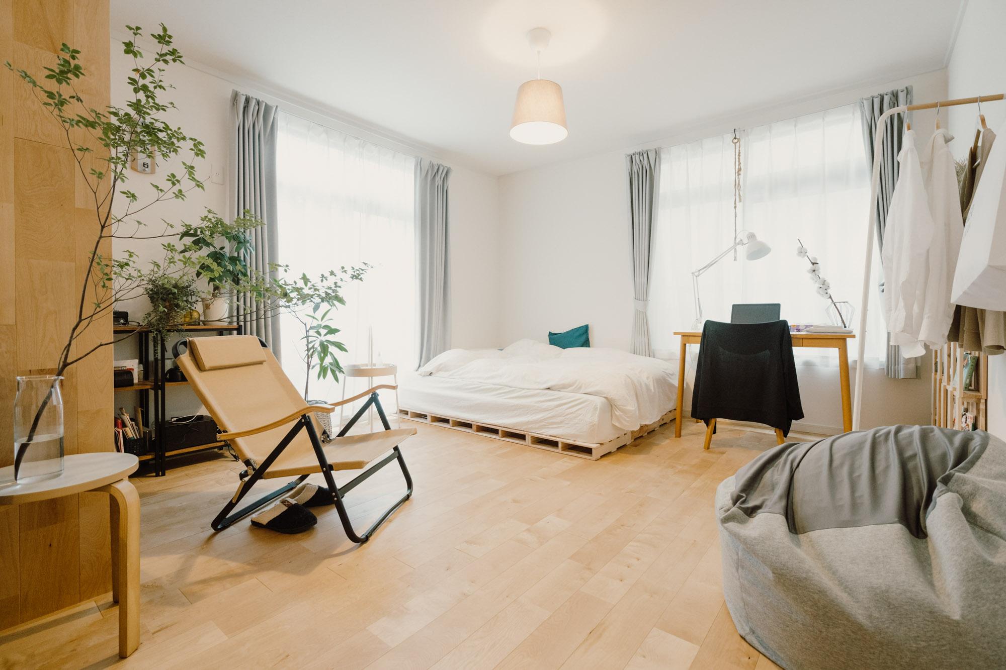 ベッドルーム側も、なるべく色数は少なく、背の高い家具は置かずに、部屋を広く見せる工夫をされています。