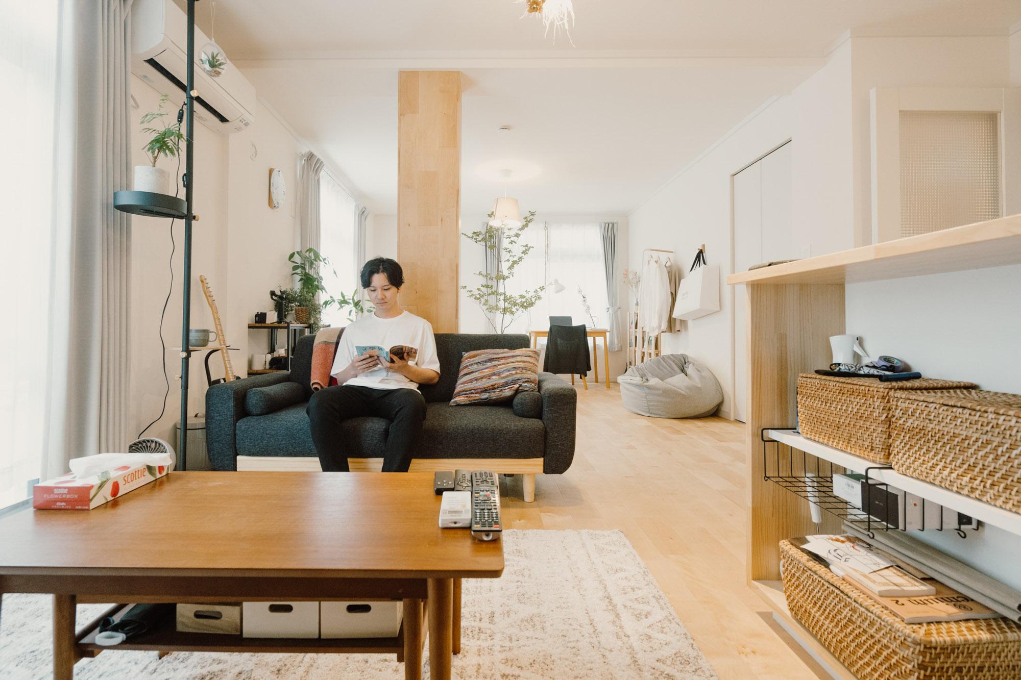 映画鑑賞や読書が好きという文学部出身の武田さん。気に入っているソファで映画を見たり読書をしたりが休みの日の定番の過ごし方。ソファのサイドテーブルにもなるDRAW A LINEは買って良かったもの。