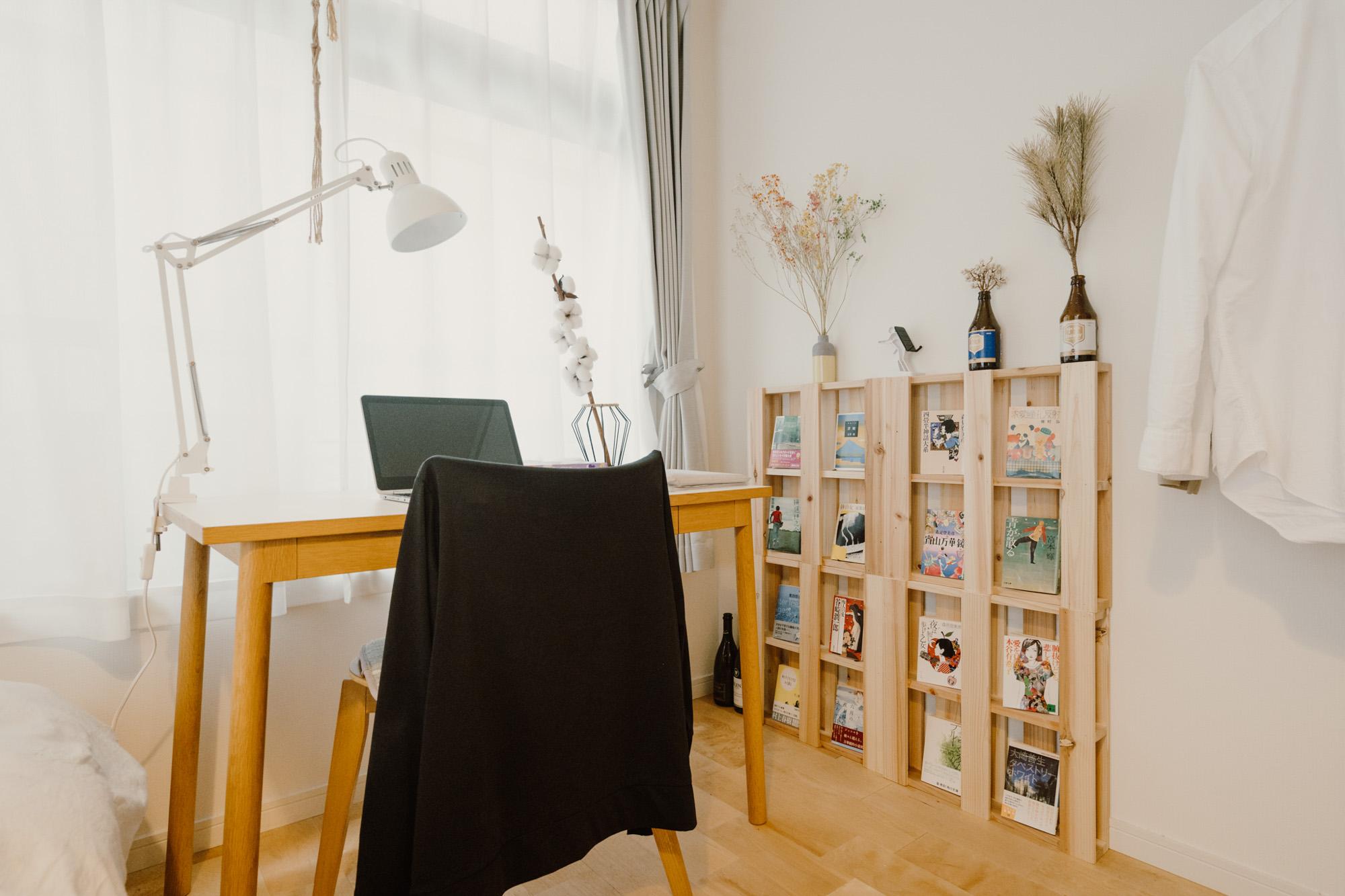 デスクはIDEEのもの。横の飾り棚は、木製パレットを並べたもの。こんな使い方もできるんですね。