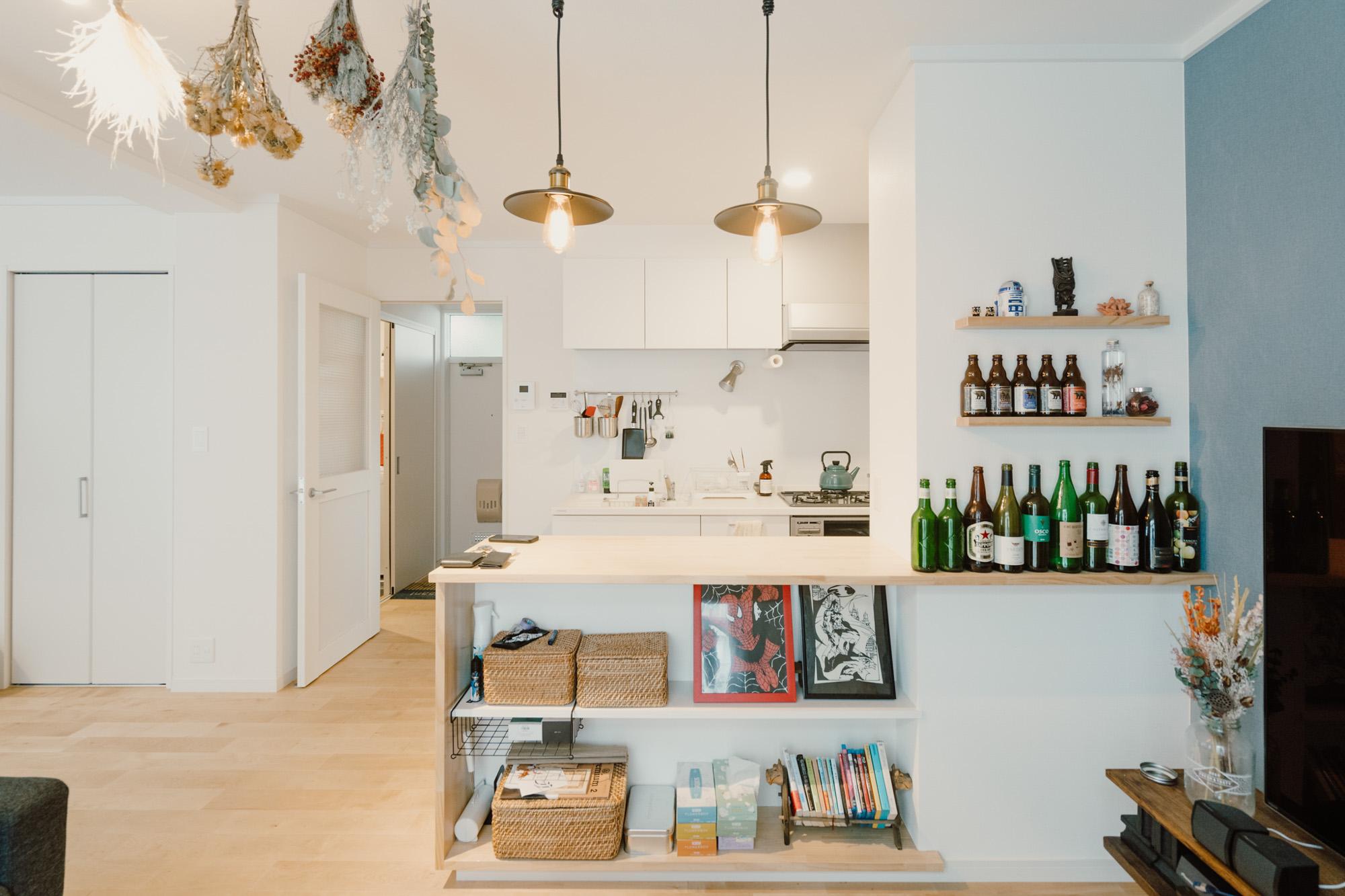 キッチンの前にはカウンタースペースがあり、好きなお酒の瓶をバーのように並べて飾ります。