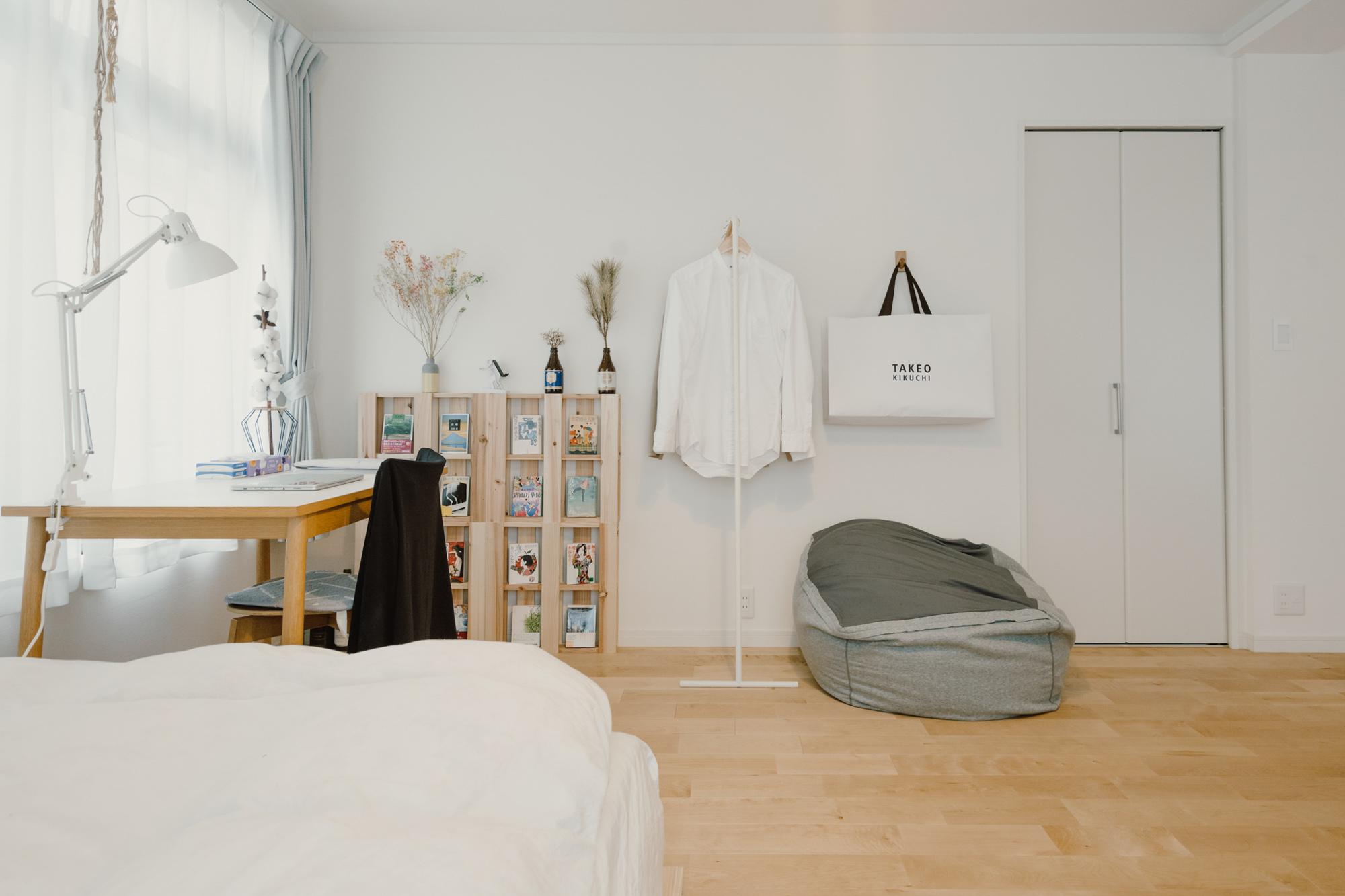 ベッドの横には仕事に集中できるデスクスペース。