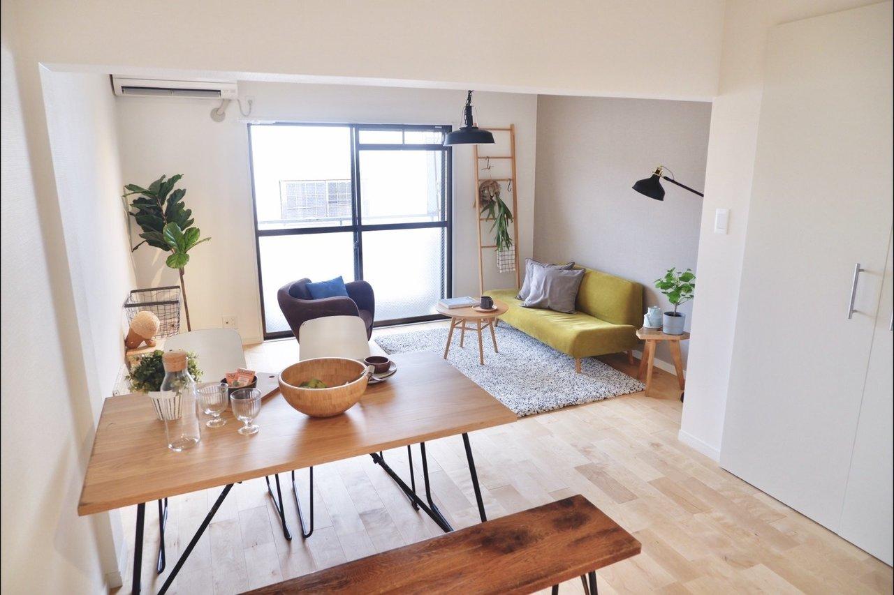 こちらも、広々デスクをお探しの方に。折りたたみができ持ち運ぶのにも便利でgoodroomのモデルルームでもよく利用しているテーブルです。天板はオークの突板で自然な風合いと高級感を兼ね備えていますよ。(写真はモデルルーム)