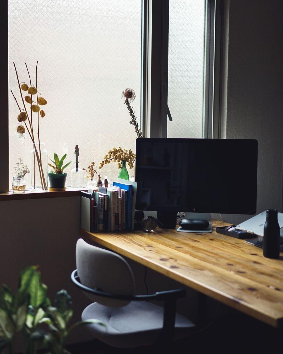 在宅でのお仕事も増え、少し職場のような雰囲気にもなっているというダイニングスペース。かなでもののダイニングテーブルに、合わせていらっしゃるのはイトーキのバーテブラ03。
