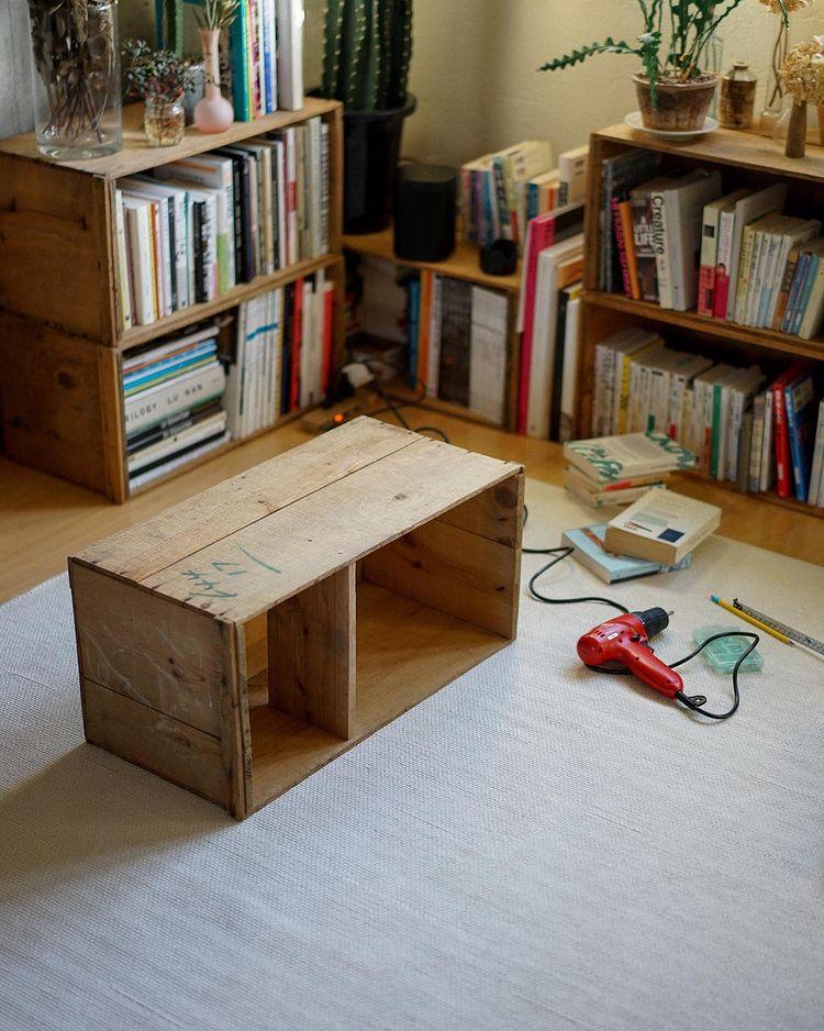 縦にりんご箱を置く時に余白ができないように、DIYで棚板もプラス。