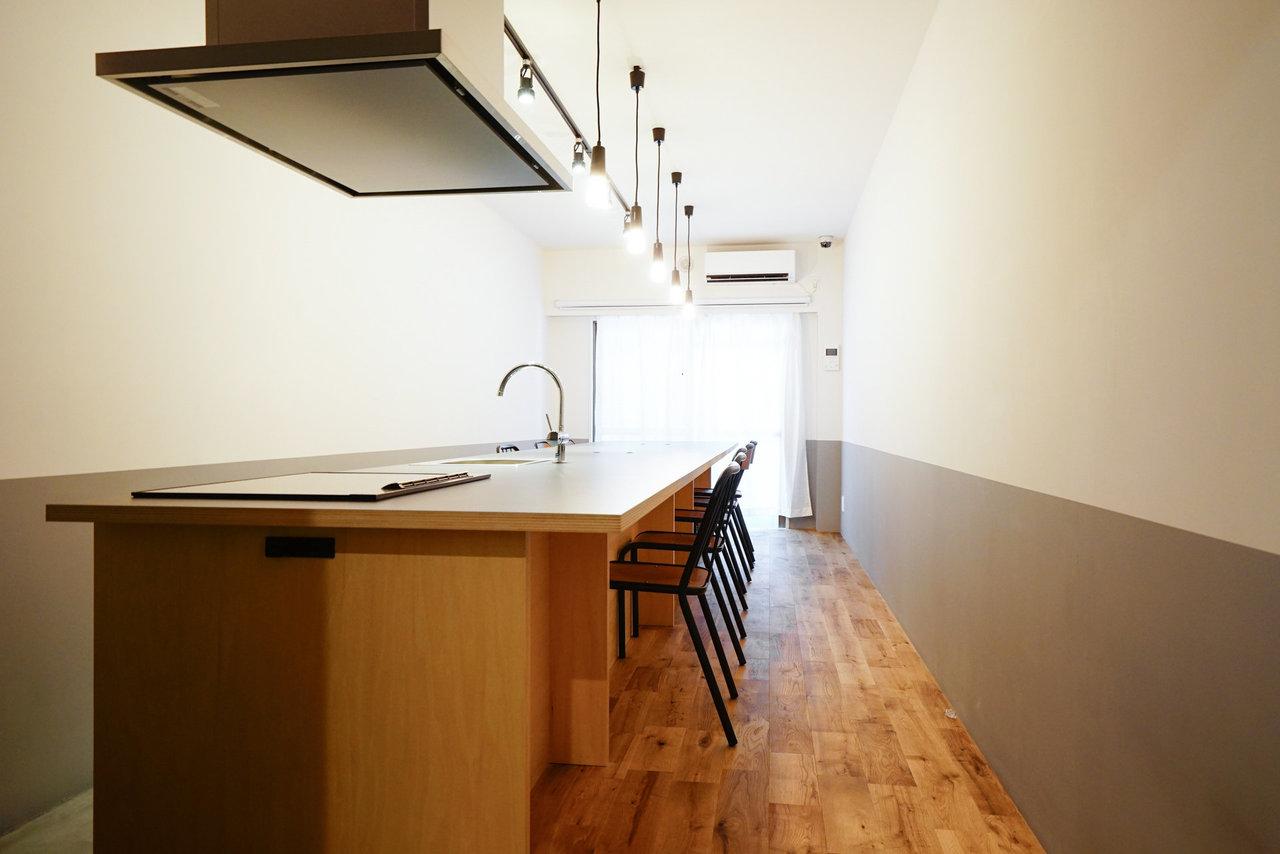 1階の共有キッチンには電子レンジ・冷蔵庫が設置されています。友人を呼んでご飯を作ったり、入居者さん同士でちょっとした交流会をしたら楽しそう。