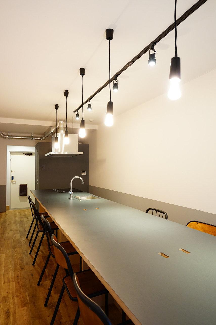 照明やテーブルがカフェのようでオシャレですね。Wi-Fi利用可能なため、リモートワークにもどうぞ。お部屋では集中できないという方も、気持ちを切り替えて作業に集中することができます。