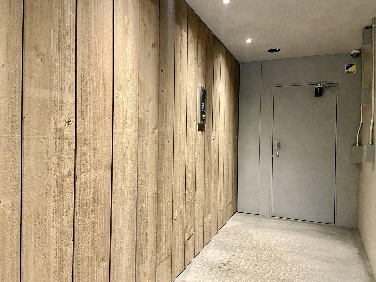 エントランスは、自動ドアまで木材!安心なオートロックやモニタ付きドアホン、防犯カメラ、ネットショッピングに便利な宅配ボックスも設置されています。