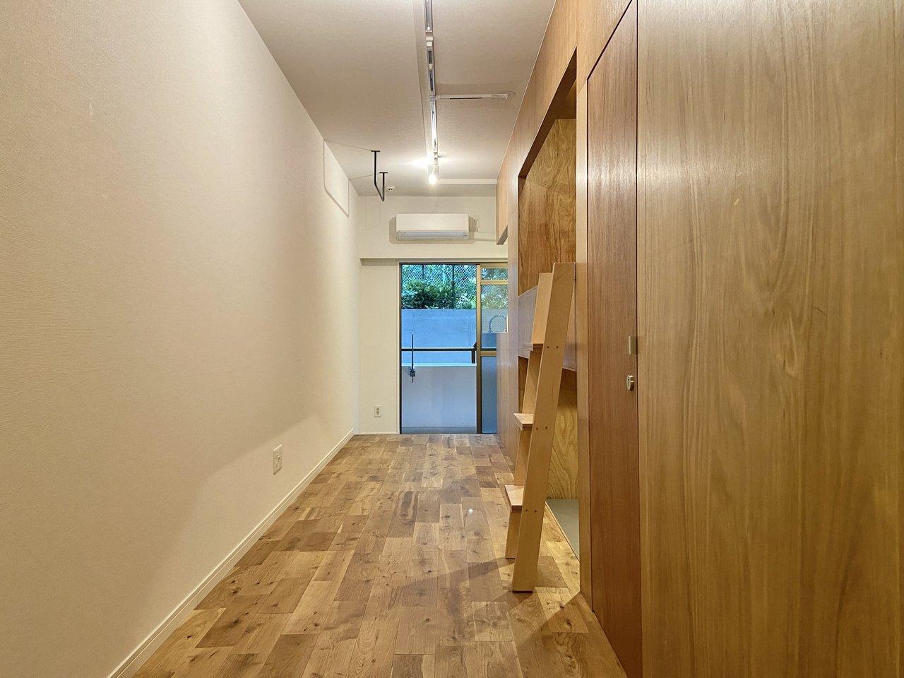 玄関入ってお部屋の右側には、2.7mある天井を生かしてロフトを作りました。ラワンの板貼り×オークの無垢フローリングは統一感があって素敵。