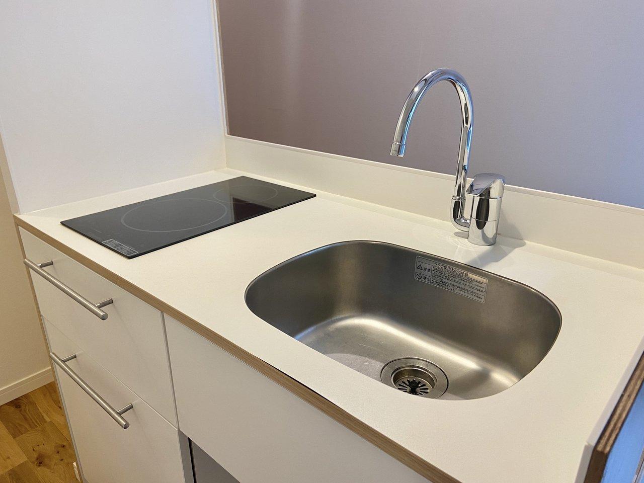 バルコニー横に位置する対面式キッチンは明るく、換気がスムーズです。2口IHコンロはサッと汚れを拭けてお掃除ラクラク。
