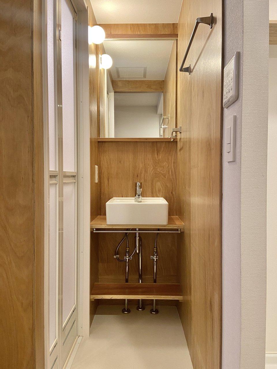 注目していただきたいのが玄関横にある洗面室。帰宅後はもちろん、メンテナンスやお掃除の際に、すぐ手を洗えるのはポイント高いです。