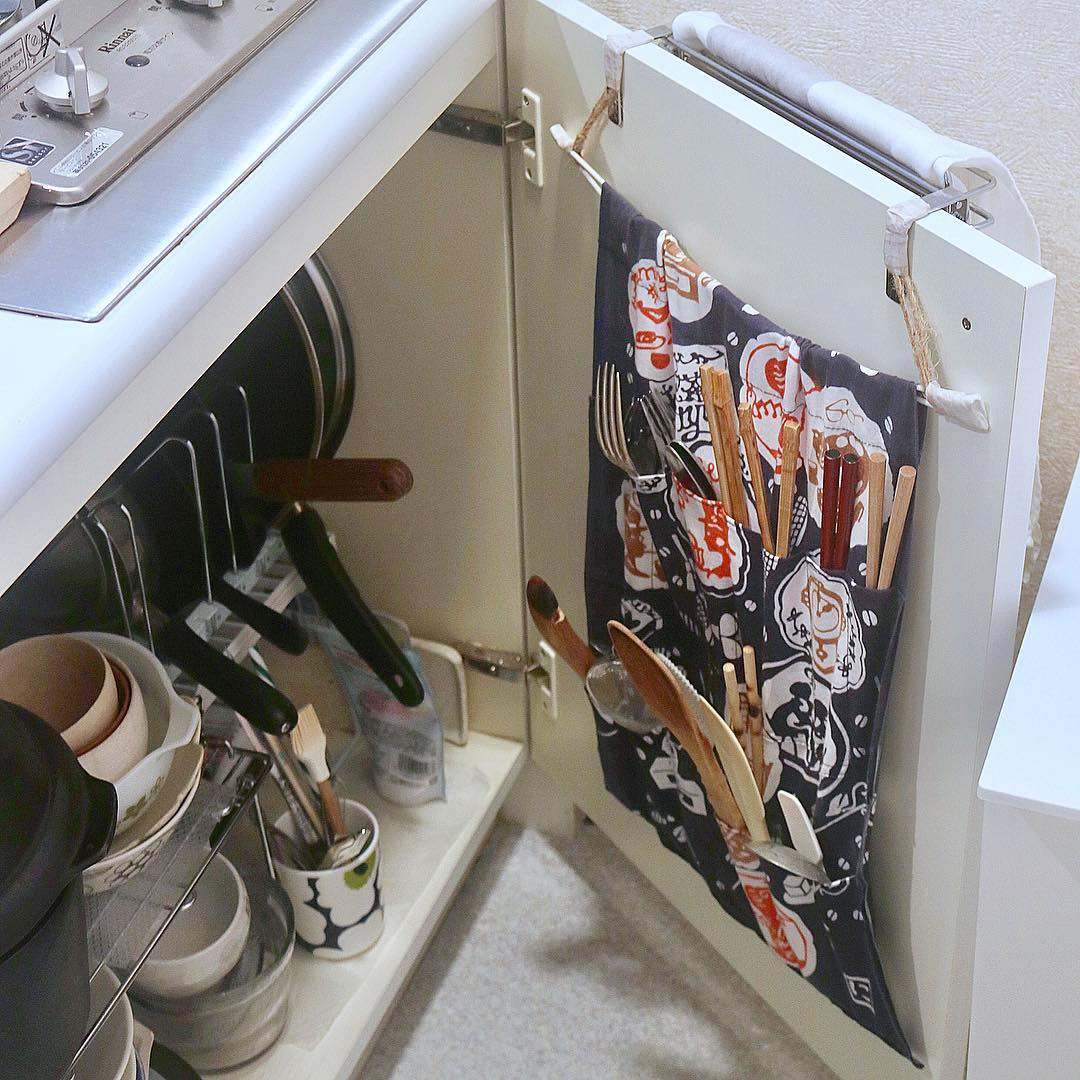 お手製のウォールポケットを内側に掛けることで、菜箸・カトラリーの収納も可能に!(このお部屋を見る)
