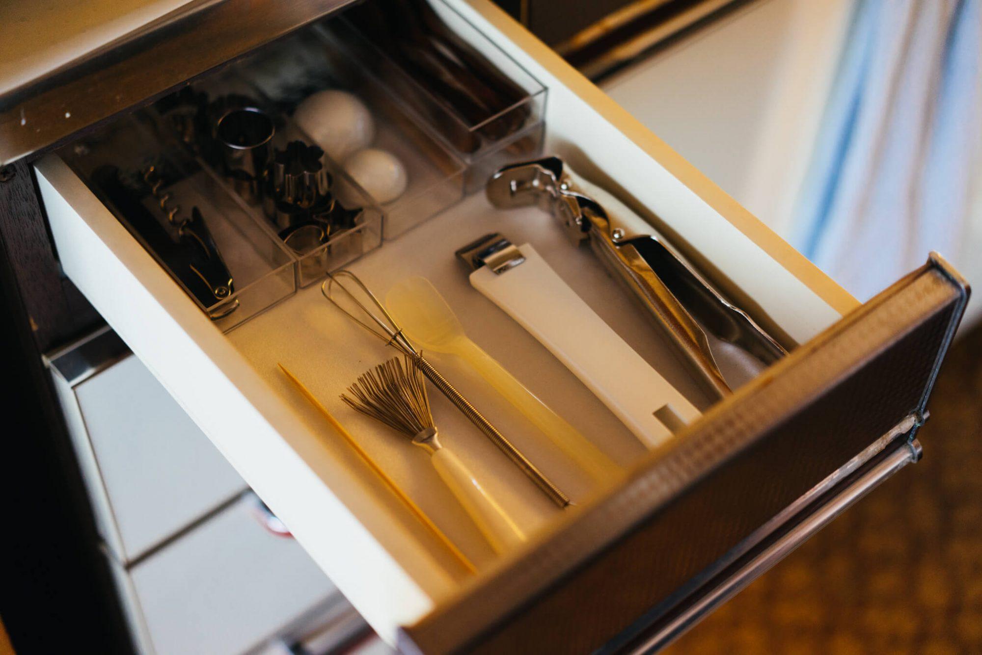 引き出しを何度開けても型抜き・お箸類もバラけにくく。事前にサイズを測っておくとデッドスペースが生まれるのを防げます。(このお部屋を見る)