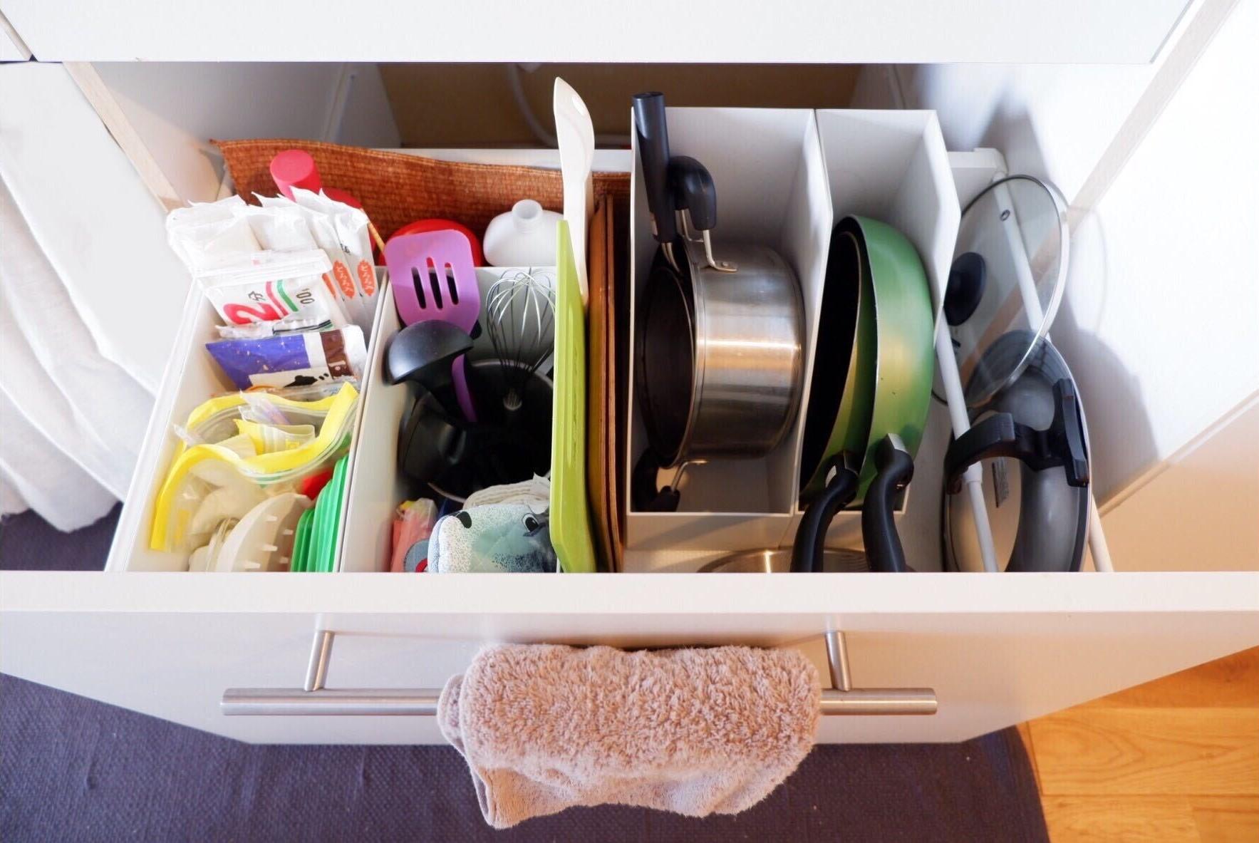重ねてしまいがちな鍋やタッパーは、縦にすることで収納スペースをプラス。無印良品では様々なサイズを取り扱っているのが嬉しいですね。(アイテム紹介記事を見る)