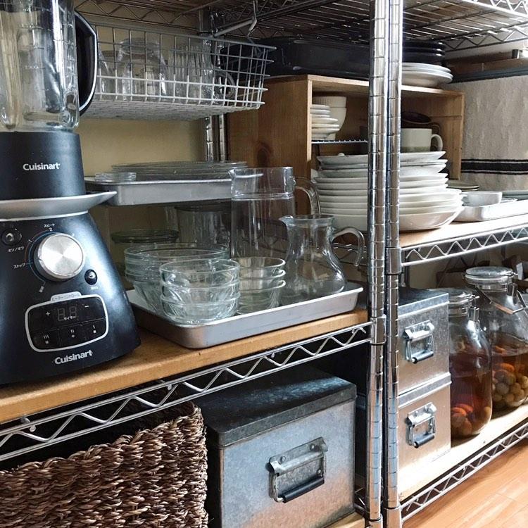 食器などの細かなアイテムはトレーでスッキリとまとめられますよ。(このお部屋を見る)