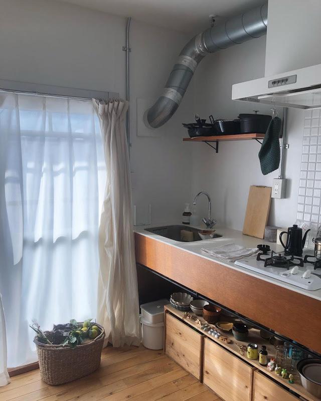 こちらのお部屋はホームセンターで購入した木材を使って棚を自作!お店のように箸置きや鍋をディスプレイするのも素敵ですね。大掛かりなDIYはちょっと……という方は、りんご箱で簡単に真似できそうです。(このお部屋を見る)