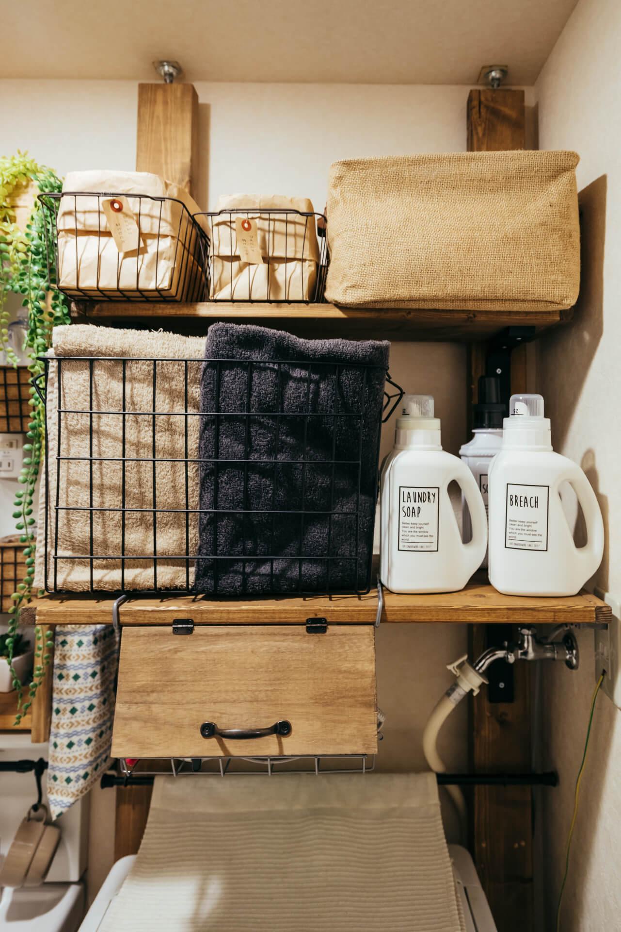 ディアウォールやアジャスター金具をつかって、洗濯機周りに収納スペースをつくりましょう。しっかりとした素材なので、安定感があるのもうれしいです。