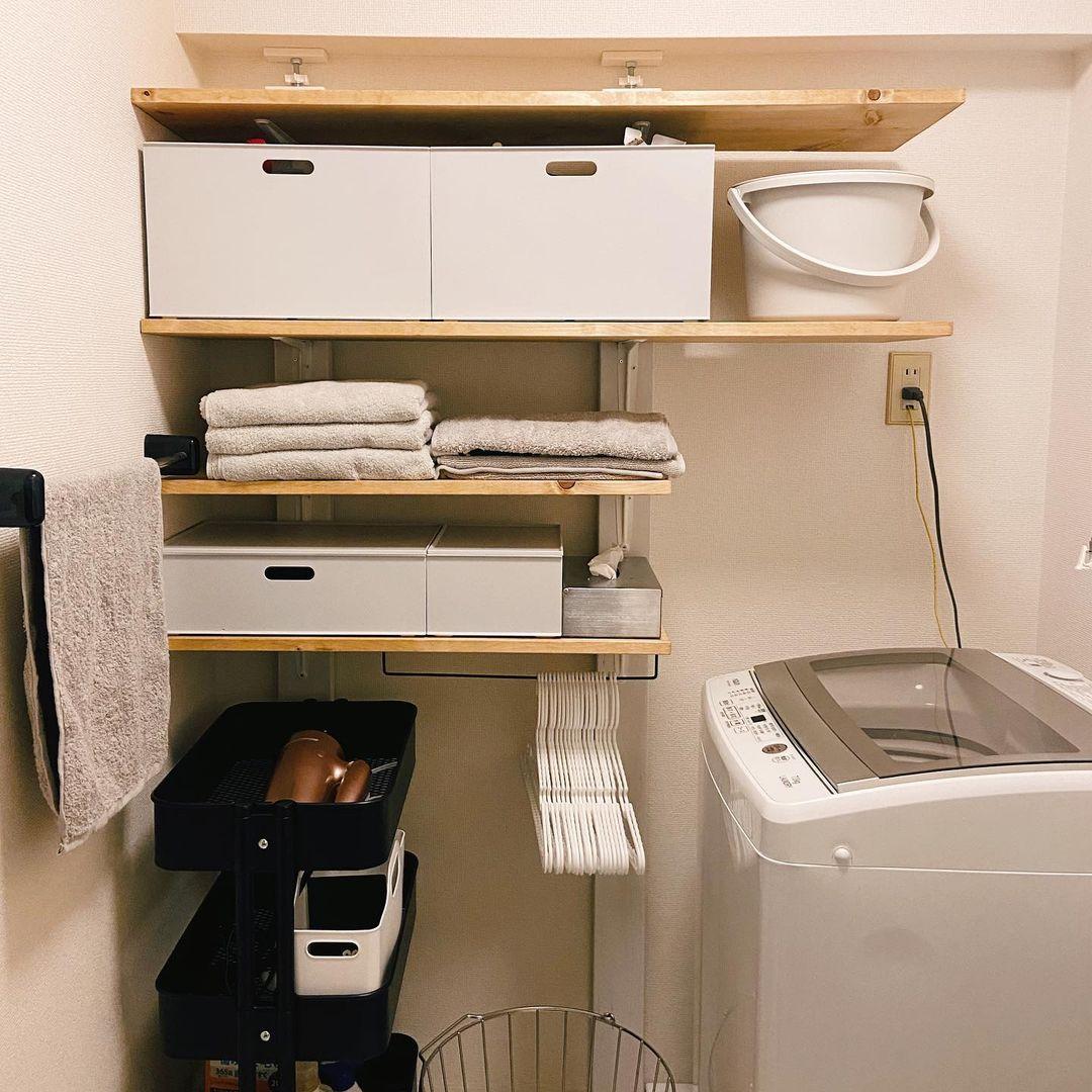 こちらもディアウォールで柱を立てて棚をつくり、素材やサイズの合った収納ボックスを配置しています。IKEAのロースコグワゴンも、洗面所まわりでよく見かけるアイテムの一つですね。